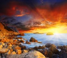 霞光满天下的海水岩石图片