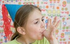 生日吃奶油的孩子图片
