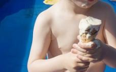 吃冰淇淋的孩子图片