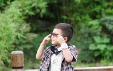 小男孩 室外 写真图片