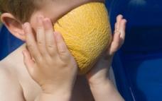 吃水果的孩子图片