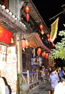 湘西凤凰古城沱江边上小酒肆图片