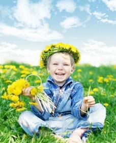 坐在草的上的小孩图片