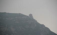 雾中小塔图片