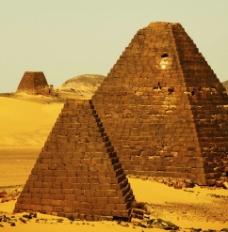 沙漠金字塔图片