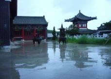 雨中道观图片