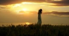 夕阳少女图片