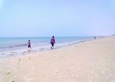 海边父子图片